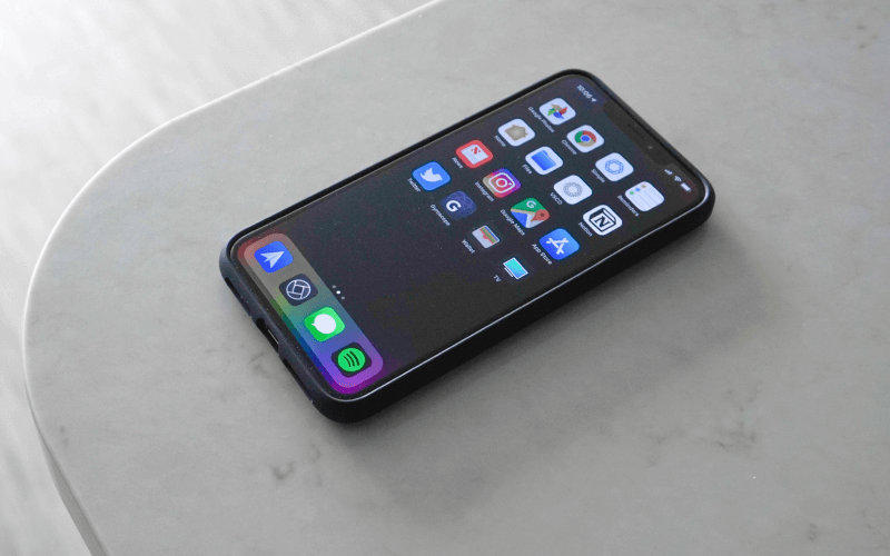 iphone-xs-max-on-table