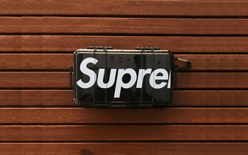 supreme-pelican-1060-case-on-wooden-planks